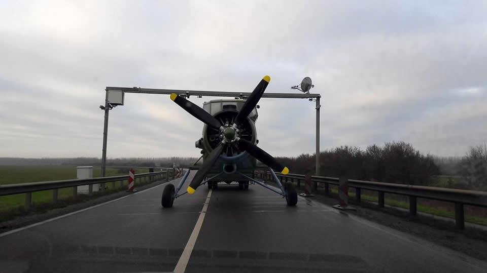 В Венгрии Ан-2 катали по шоссе
