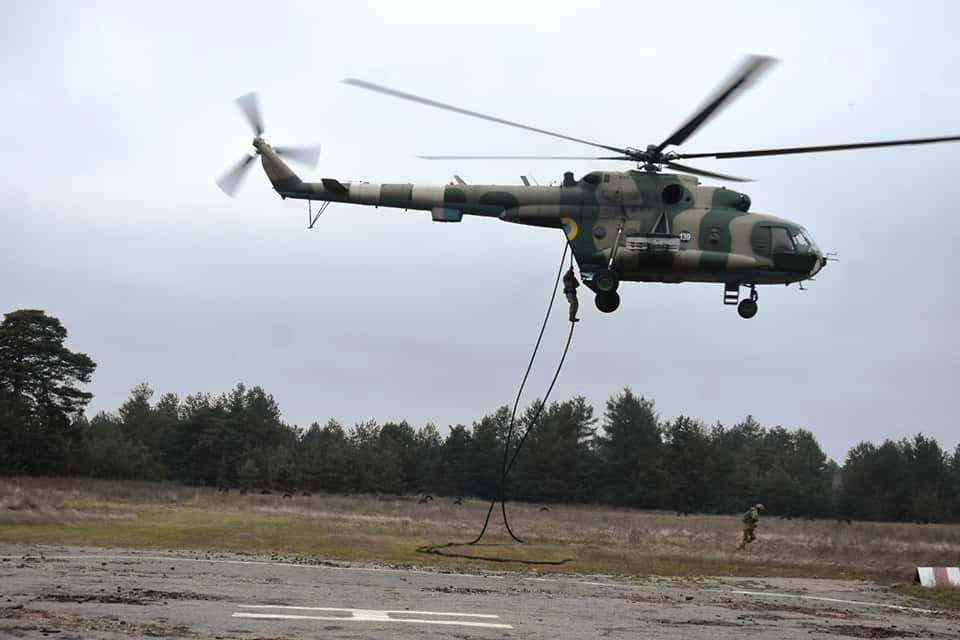 Днепровские десантники отработали беспарашютное десантирования с помощью специального оборудования