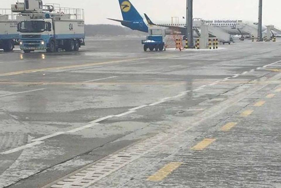 Аэропорты Борисполь и Киев начали восстанавливать штатную работу после гололеда