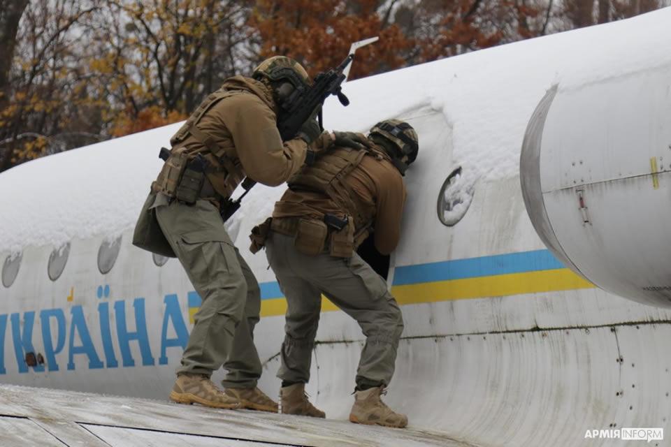 Спецназовцы штурмовали Як-40