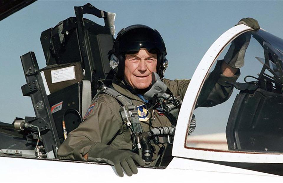 Умер пилот Чак Йегер, который первым преодолел скорость звука