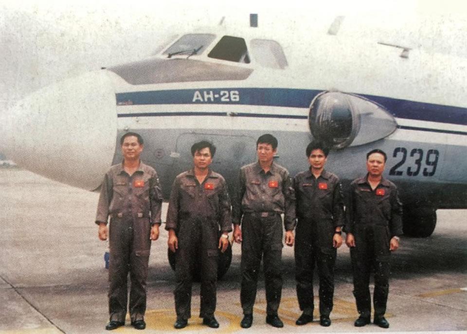 Экипаж Ан-26, номер 239, выполнил задачу по оказанию помощи в Центральном Вьетнаме в ноябре 1999 года