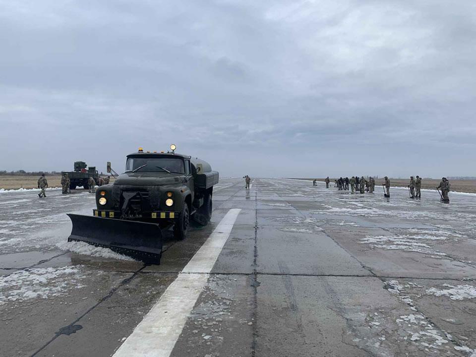 130 единиц спецтехники привлекли Воздушные Силы к уборке снега на аэродромах