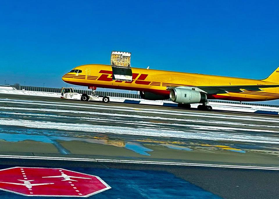У самолета DHL в воздухе открылся грузовой люк