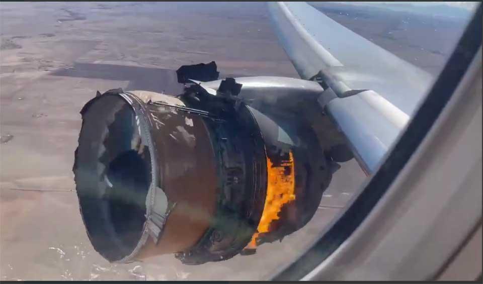 У самолета United Airlines в полете загорелся двигатель