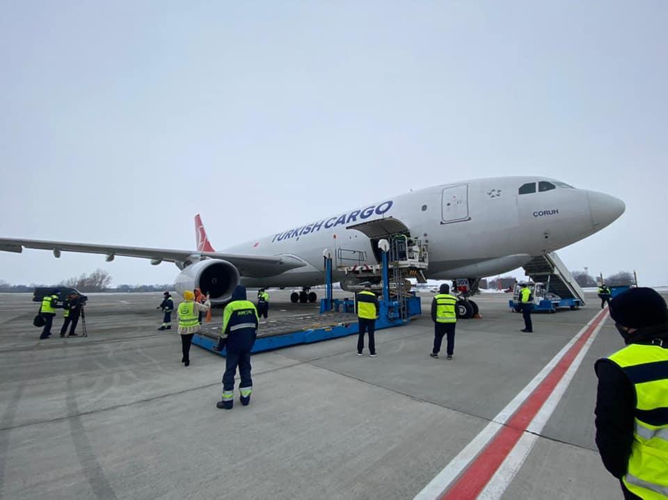Самолет Turkish Airlines доставил в Украину вакцину
