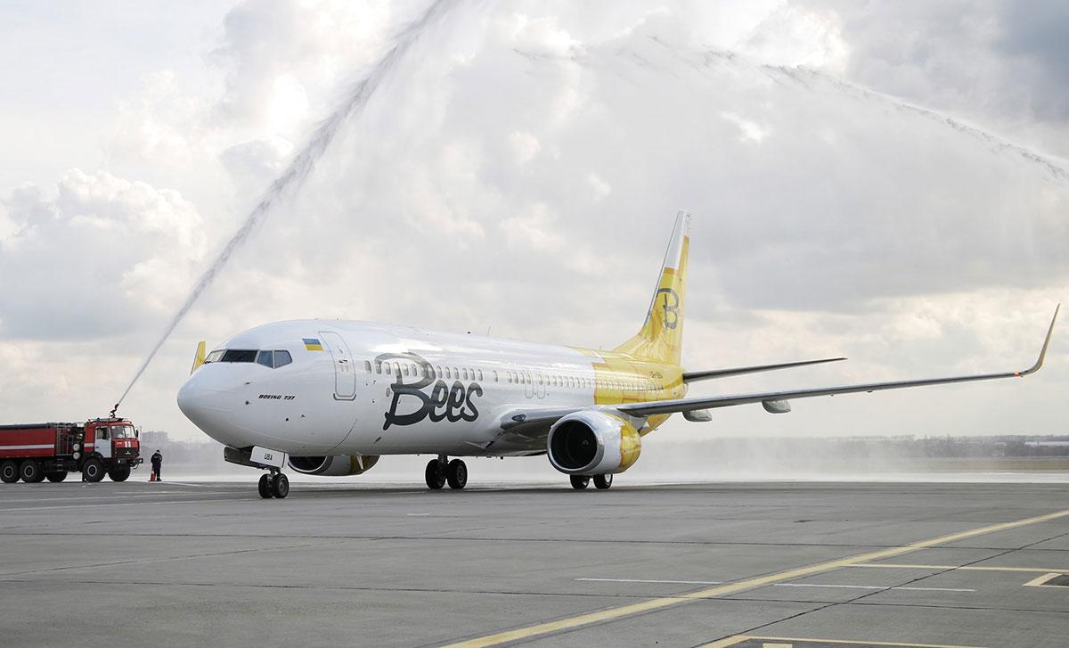 Первый самолет Bees Airline в фирменной ливрее уже в Украине
