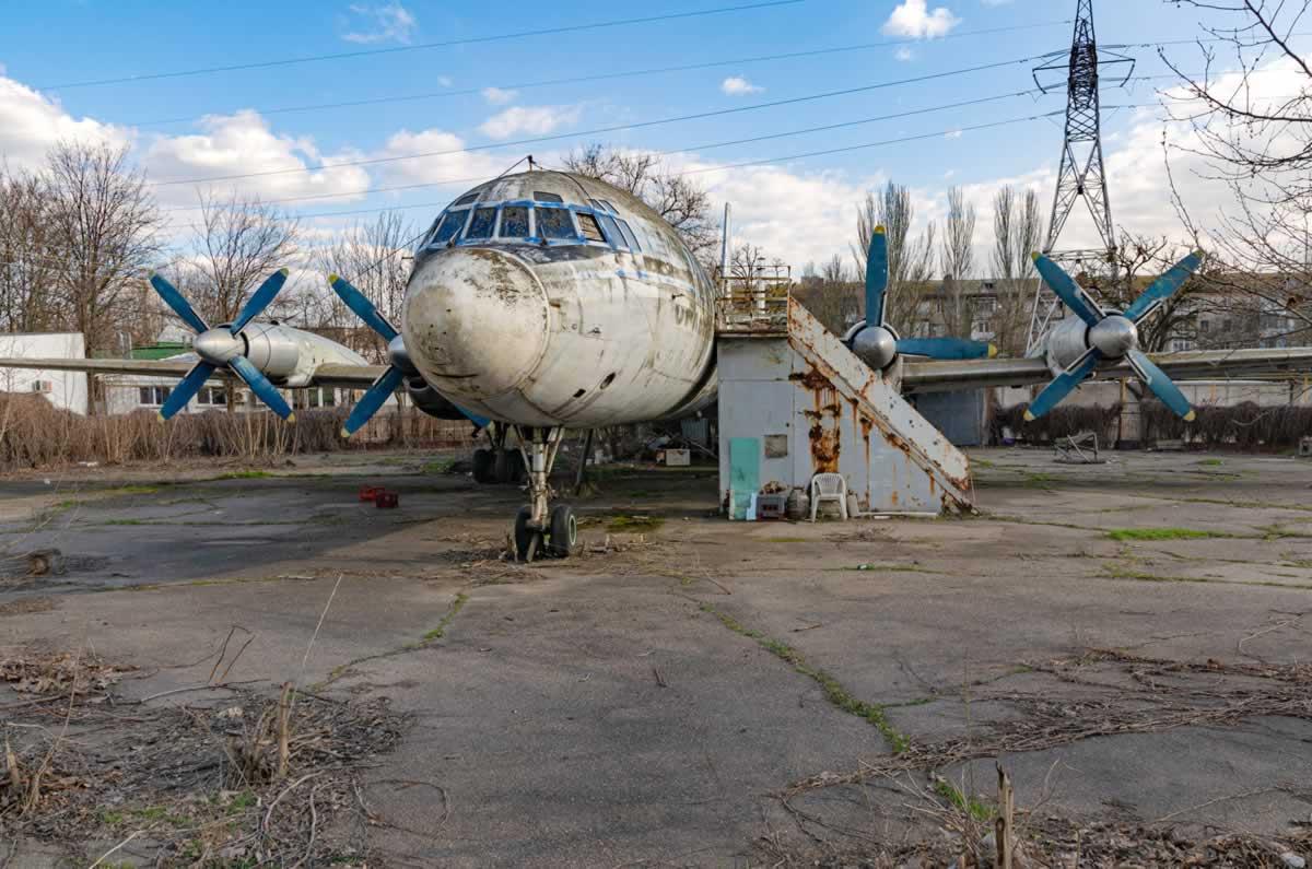 Ил-18 в Николаеве разрушается