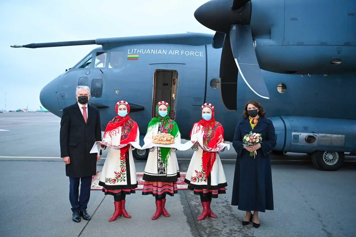 Президент Литвы прибыл в Украину военным самолетом