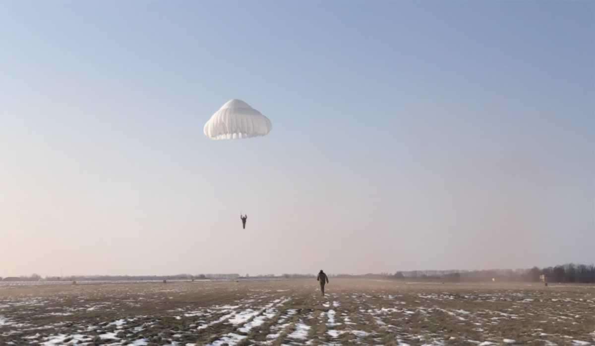 Спасатели бригады транспортной авиации выполнили прыжки с парашютом