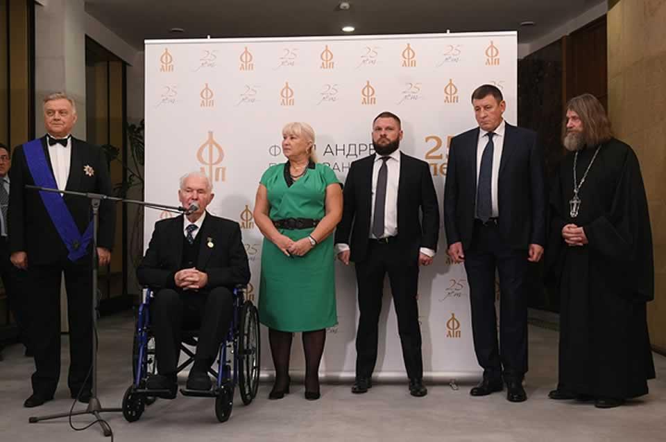 П. Кононенко (второй справа) рядом с российским пропагандистом и пособником террористов