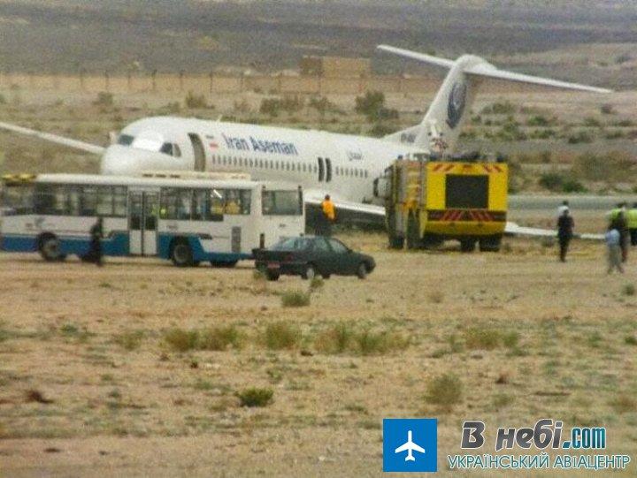 В Ірані літак сів без шасі (фото)